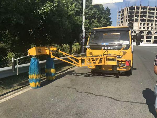 多利卡高速护栏清洗车